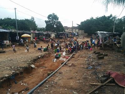Les populations s'approvissionnent en eau depuis une canalisation cassée crédit Zak Le Messager